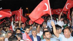 Hakkari'de Türk bayraklarıyla darbe girişimini protesto