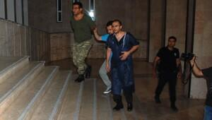 Darbeci asker ameliyat önlüğüyle cezaevine gönderildi