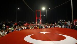 Vatandaşlar darbe girişimine karşı Boğaziçi Köprüsü'nde