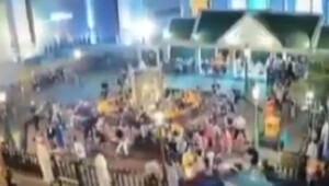Otomobil dua eden kalabalığın içine daldı