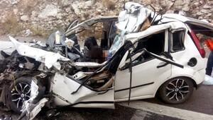 Otomobil kamyona arkadan çarptı: 2 ölü, 2 yaralı