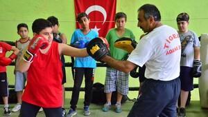 Adana'da boks kursu devam ediyor