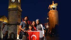 Türkiye tatilini meydanlarda geçiriyor