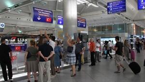 Aranan 58 kişi Atatürk Havalimanı'nda yakalandı