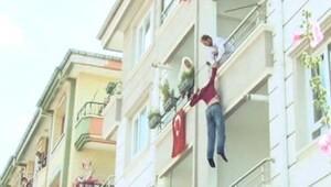 Babasının elinden balkondan atlayarak kurtuldu