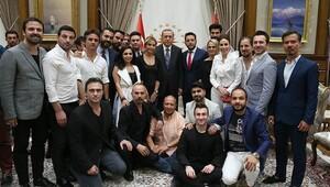 Cumhurbaşkanı Erdoğan, Demokrasi Nöbeti'ne katılan sanatçıları kabul etti