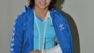 Şampiyonada kolu kırıldı