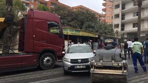Kontrolden çıkan asfalt silindiri 5 araca çarptı