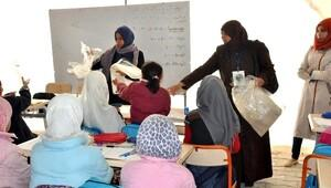 Çadır Kentte Kız Öğrencilere Kışlık Eşarp Dağıtıldı