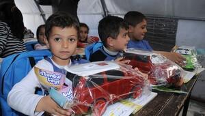 Türkmen çocukların oyuncak sevinci