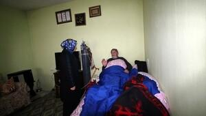 Vali Işın'ın eşi, KOAH'lı baba ve oğlunu ziyaret etti