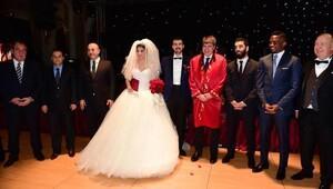 Sosyeteyi buluşturan düğün
