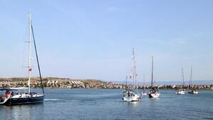 Ayvalık'ta yelkenlilerden 19 Mayıs korteji