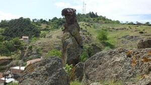 Köyün üzerine yuvarlanma tehlikesi yaratan kaya çelik halatla bağlandı