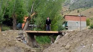 Borçla köyüne köprü yaptırdı