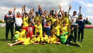 Arif Nihat Asya Ortaokulu futbolda Türkiye ikincisi