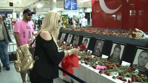 Seda Sayan saldırıda ölenler için çiçek bıraktı