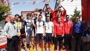 Balıkesir Üniversitesi çifte kupa kaldırdı