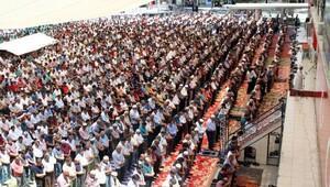 Erzincanlı Cuma Namazını Cumhuriyet Meydanında kıldı