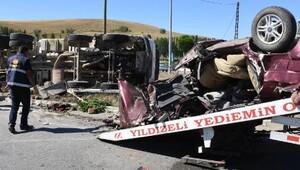 Otomobil, beton mikserinin altında kaldı: 2 ölü, 1 yaralı