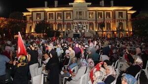 Manisa'da kalabalık arttı 'demokrasi nöbeti' Cumhuriyet Meydanı'na alındı