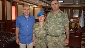 Albay Şahin'den, başkanın çocuğuna asker kıyafeti hediyesi