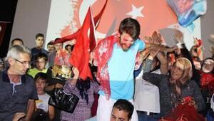 Demokrasi nöbetinde ellerine kına yakılarak askere uğurlandı