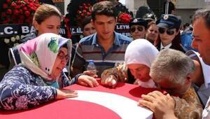 Şehit polis memurunu 10 bin kişi uğurladı