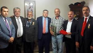Erzurumlu gazilerden şehit babasına Kuran ve bayrak