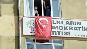 HDP binasına Türk bayrağı asıldı