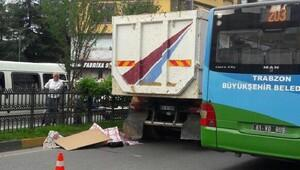 Yolun karşısına geçmek isterken kamyon altında can verdi