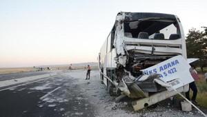 TIR, emniyet şeridinde park edilen otobüse arkadan çarptı: 8 yaralı