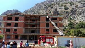 Antalya'da inşaatın çatısı çöktü, 3 işçi altında kaldı