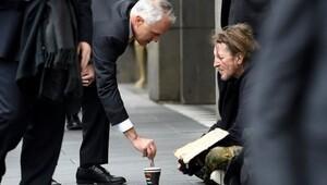 Dilenciye 5 dolar veren Başbakan'a cimrilik suçlaması