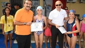 Aksünger, yüzme kursunu tamamlayan çocukların sertifikalarını verdi