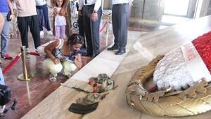 Anıtkabir'i ziyaret eden Harp Okulu öğrencileri, Atatürk'ün mozolesine şapka ve rütbelerini bıraktılar