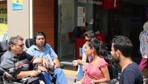 Engelliler, ulaşım sorunlarını İETT önünde dile getirdi