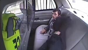 Polis aracından kaçmak istedi ama...