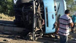 Suşehri'nde kargo kamyonu devrildi: 2 yaralı