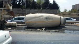Beton mikseri devrildi, beton yola döküldü