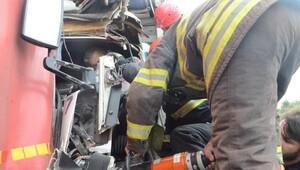 Kamyonda sıkışan sürücü bir saatte kurtarıldı