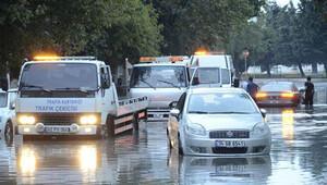 İstanbul'da yol çöktü: 10 araç hasar gördü