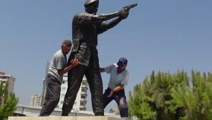 Şehit Astsubay Ömer Halisdemir'in heykelini diktiler
