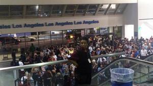 Los Angeles havalimanında 'silahlı saldırı' paniği!