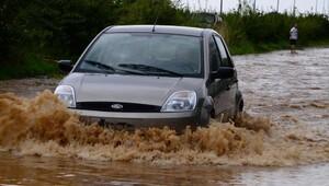 Rize'nin Fındıklı İlçesi'ni sağanak yağmur vurdu