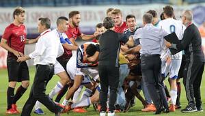 Türkiye - Güney Kıbrıs maçında saha karıştı! Tekmeler havada uçuştu...