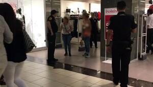 Hırsızlıkla suçlanınca mağazanın ortasında soyundu
