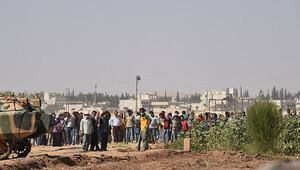 Suriye sınırında Suriyeli göstericiler Valiyi kızdırdı: Buraya kadar gelmemeli...