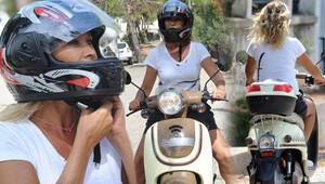 Hülya Avşar Ayvalıkı motosikletle dolaşıyor