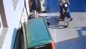 Aracı kaldırıp altında kalan kadını çıkardılar